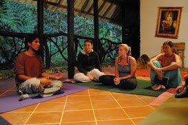 Nach der Arbeit können die Volontäre an den Yoga-Kursen auf der Farm teilnehmen