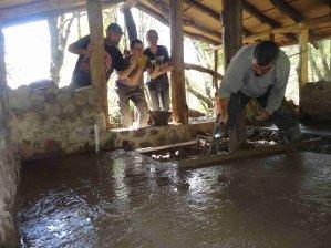 Die Freiwilligen helfen auch beim Aufbau der Gebäude mit