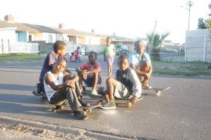 suedafrika-kapstadt-township-volunteer-skateboard-gruppe
