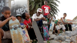 suedafrika-kapstadt-township-volunteer-skateboard-reihe