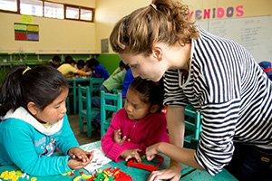 Kinder fördern in einer Schule in Peru.