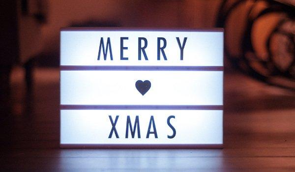 Leuchtwürfel mit der Aufschrift Merry Xmas
