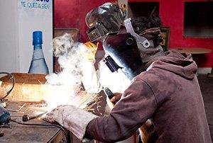 Wer kein Problem mit offenen Flammen hat, kann seine Ideen im Metall-Workshop beim Schweissen ausleben.