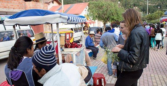Volunteers kaufen lokales Essen.