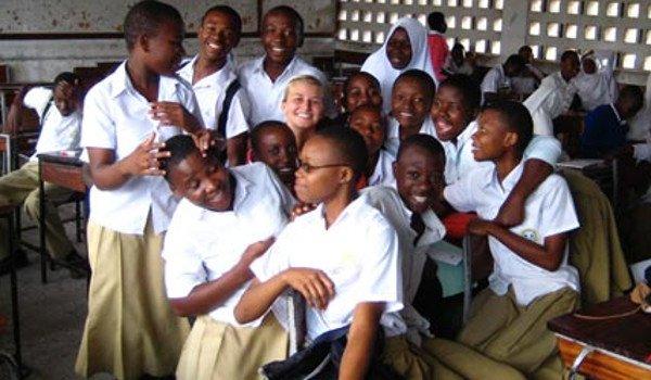 Eine Frau leistet ihren freiwilligendienst in einer Schule in Tansania