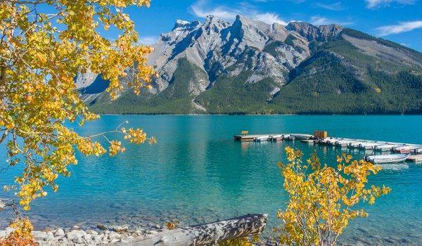 Der Banff-Nationalpark in den kanadischen Rockies wartet auch im Herbst mit schönen Ausblicken auf Seen und Berglandschaften auf.