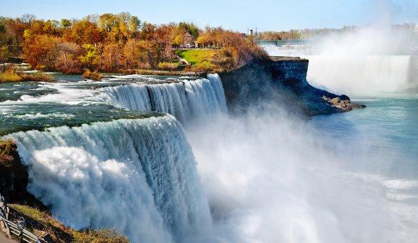 Die Niagara Falls sind eines der Must-See's während eines Roadtrips durch Kanada.