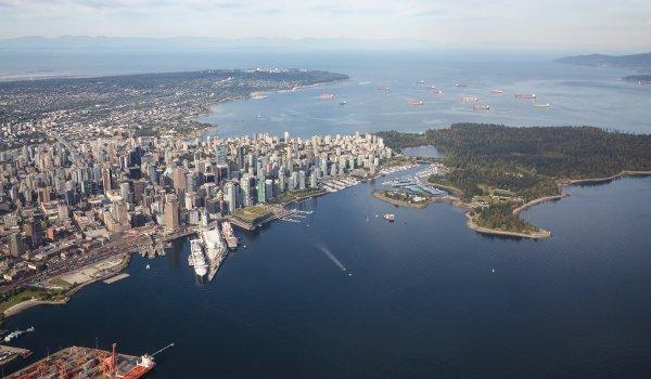 Der Stanley Park liegt auf einer Halbinsel und ermöglicht einen Ausblick auf die Skyline Vancouvers.