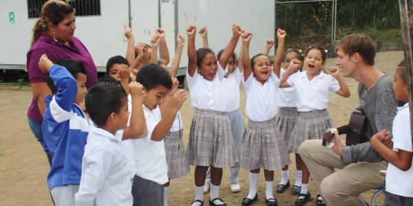 Bei der Freiwilligenarbeit in Ecuador spielerisch Englisch vermitteln